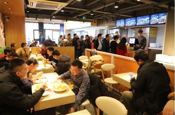 宁愿排队都要吃到的酸菜鱼餐厅,解密鱼你在一起为何风靡全国